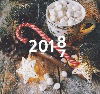 Фото Год с меняющейся цифрой на фоне новогодних предметов и еды