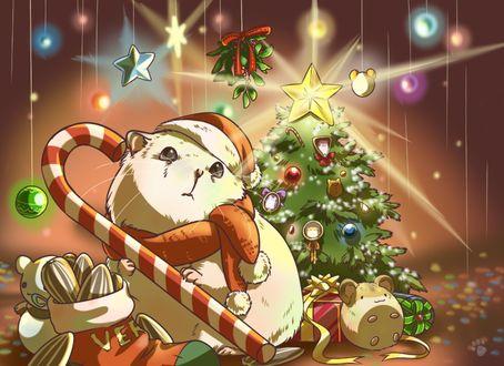 Фото Белый хомячок в красном колпаке Санта-Клауса и шарфике держит красно-белую конфету, рядом с набитым семечками носком, на фоне наряженной елки, под которой лежит подарок и игрушечная мышка, by Pawlove-Arts