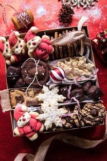 Фото Новогодние печенья в коробке в виде снежинок и Санта-Клаусов, by Half Baked Harvest