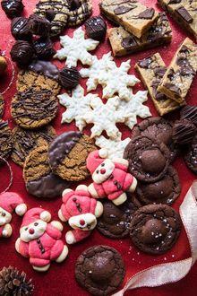 Фото Новогодние печенья в виде снежинок и Санта-Клаусов, а также шоколадные овсяные печенья, by Half Baked Harvest