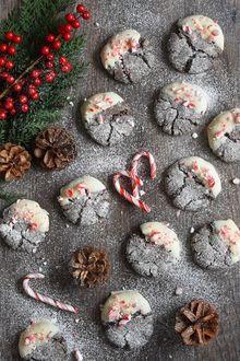 Фото Новогодние печенья, веточка елового дерева и красные ягоды в букете, шишки, by oh hotcakes