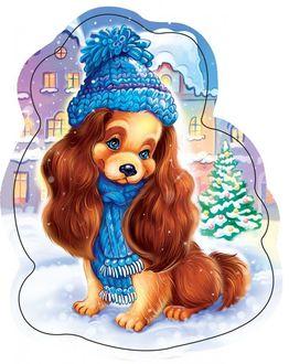 Фото Щенок в голубой вязанной шапочке и шарфе сидит на снегу