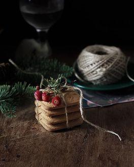 Фото Печенье, клубок пряжи и елочные веточки на столе, by Natalya Rudikovskaya