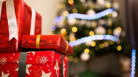 Фото Новогодние подарки на фоне елки