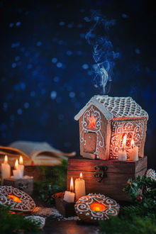 Фото Пряничный домик на сундуке, горящие свечи и елочные веточки. Рождественская ночь, by dinabelenko