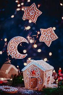 Фото Рождественская выпечка с пряничным домиком, сияющими карамельными окнами, звездами бисквитов и лунным полумесяцем, фотограф Дина Беленко