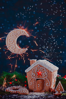 Фото Пряничный домик с окном-звездочкой, лунный полумесяц из печенья сверкает в ночной сцене на звездном небе, фотограф Дина Беленко