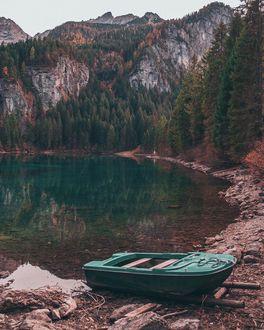 Фото Лодка на берегу горного озера