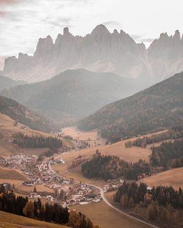 Фото Дорога, проходящая через деревню, находящуюся в долине возле гор