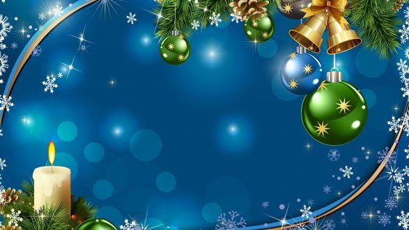 Фото Веточка новогодней ели с игрушками и зажженная свеча на синем фоне с бликами и снежинками