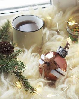Фото Кружка с чаем, новогодние шары и елочные ветки с шишкой у окна, by Natalya Rudikovskaya