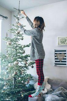 Фото Девочка наряжает елку перед Новым годом (love / любовь)