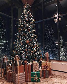 Фото Новогодняя елка и множество подарков под ней