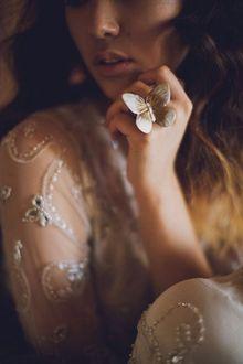 Фото Девушка с кольцом на руке в виде бабочки