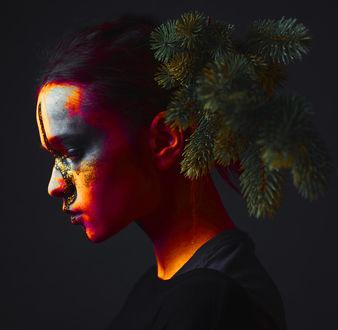 Фото Девушка с елочной веткой у головы. Фотограф Aya Sansara