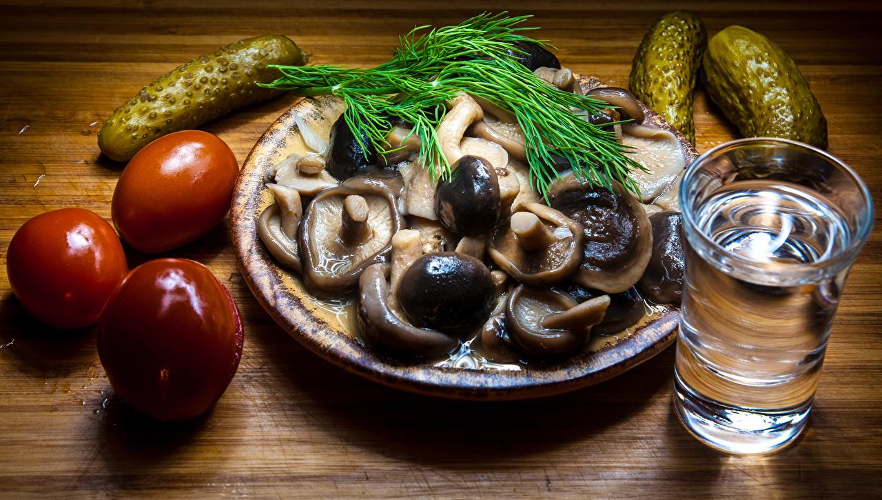 Фото Тарелка с грибочками, соленьями и рюмкой водки