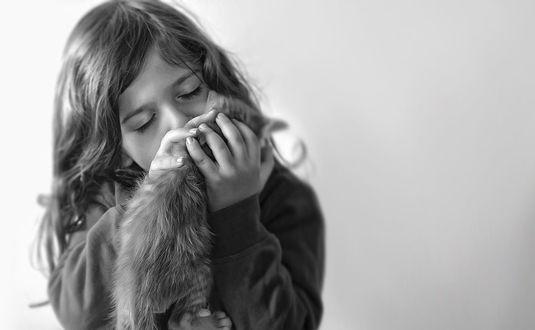 Фото Девочка обнимает котенка, фотограф Monte Pi