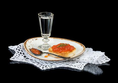 Фото Тарелка с буербродом и водкой
