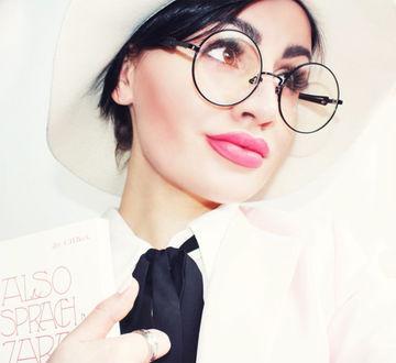 Фото Фотомодель Лиза Фокс / Lisa Fox в белой шляпке, в очках и с книгой в руках (© Louis Garrel1), добавлено: 12.01.2018 20:33