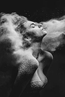 Фото Девушка с закрытыми глазами в мечтаниях, фотограф Александр Яковлев (© zmeiy), добавлено: 12.01.2018 23:16