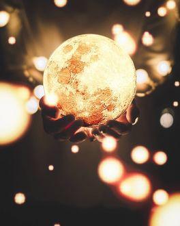 Фото Луна в руках человека