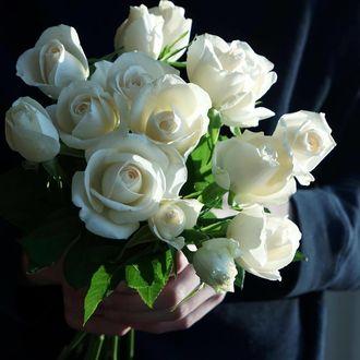 Фото Букет белых роз в руке парня