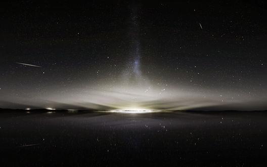 Фото Ночное небо и падающие звезды отражаются в воде