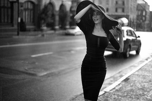 Фото Девушка в шляпе стоит на дороге, by Vicoolya and Saida