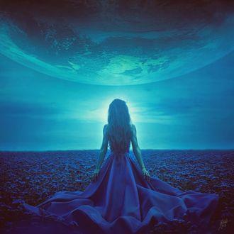 Фото Девушка в поле цветов стоит перед небом с огромной планетой, by Peter Brownz Braunschmid