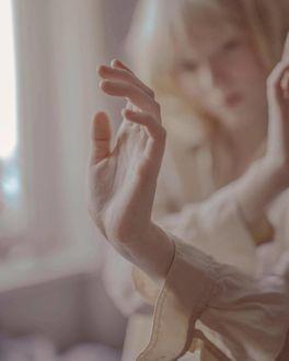 Фото Девушка держит руки перед собой, by Ezgi Polat