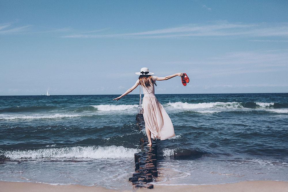фото в шляпе на берегу моря выложить ваше