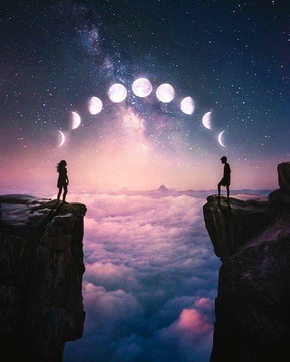 Фото Парень и девушка стоят на краю скал друг напротив друга на фоне неба с движением луны, фотограф Ronald Ong / Рональд Онг