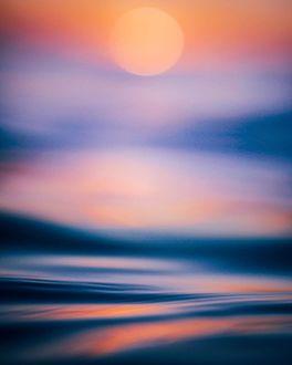 Фото Спокойное море, окрашенное закатным солнцем