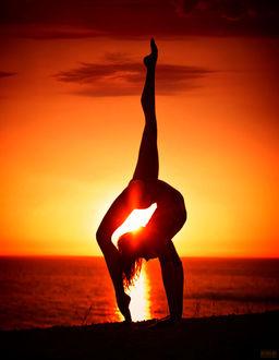 Фото Девушка занимается гимнастикой на фоне заката, фотограф Светлана Беляева