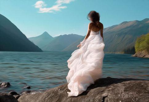 Фото Девушка в длинном белом платье стоит у озера