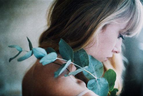 Фото Грустная девушка с веточкой на плече, by Ezgi Polat