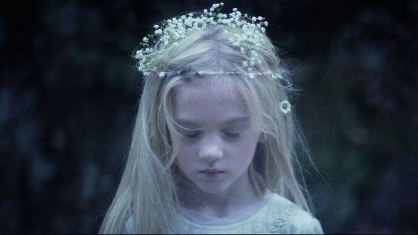 Фото Грустная девочка в венке, by KIN FABLES