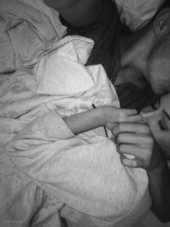 Фото Парень с девушкой обнявшись, спят