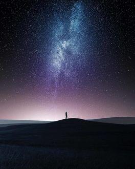 Фото Силуэт человека на фоне ночного звездного неба и млечного пути