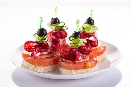 Фото Тарелка с канапе с колбаской и маслинами
