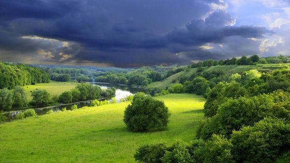 Фото Грозовое небо над лесом и речкой