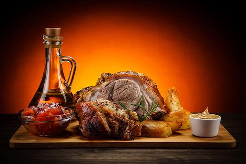Фото Доска с мясом, маслом и горчицей
