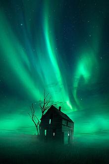 Фото Заброшенный дом в тумане на фоне северного сияния. Фотограф Jaxson Pohlman