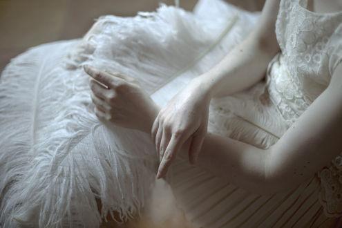 Фото Девушка держит руки перед собой, by Elisa Paci