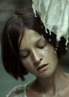 Фото У девушки перед лицом капли воды, by Elisa Paci