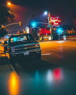Фото Ночная улица города с автомобилями, освещенного фонарями, фотограф David