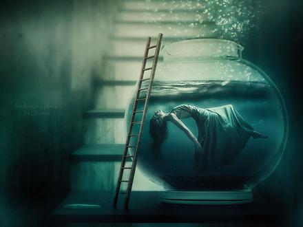 Фото Девушка в аквариуме, перед которым стоит лестница, by Lhianne