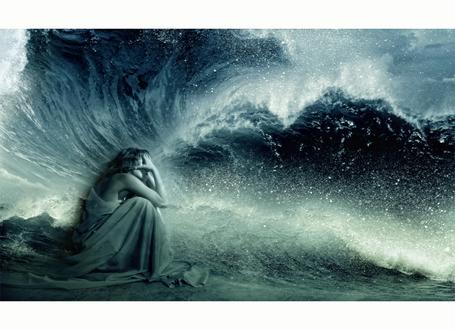 Фото Девушка сидит у огромных волн, by Lhianne