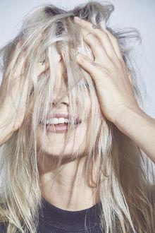 Фото Девушка держит руки на голове