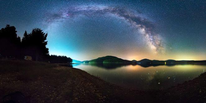 Фото Ночной пейзаж с млечным путем на небе над озером